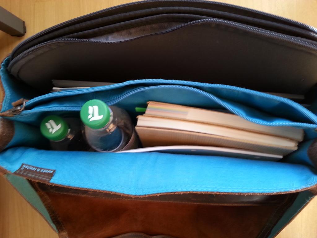 Verschwendung durch Transport. Büchertasche.